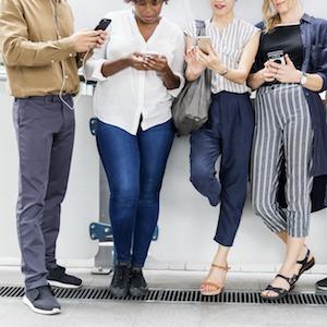 mensen met smartphones
