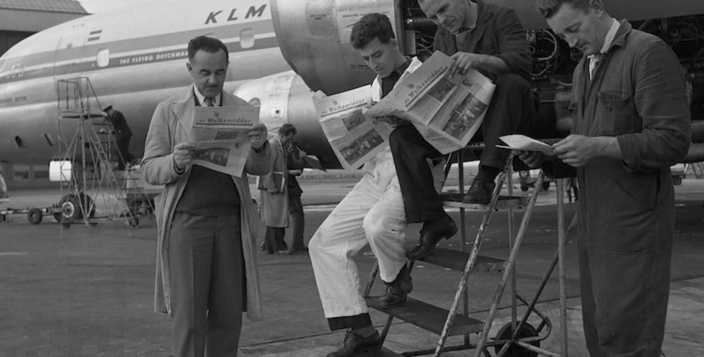 KLM'ers lezen het personeelsmagazine De Wolkenridder